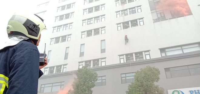 Cứu người mắc kẹt trong đám cháy giả định tại Bệnh viện Đa khoa Phương Đông ảnh 3