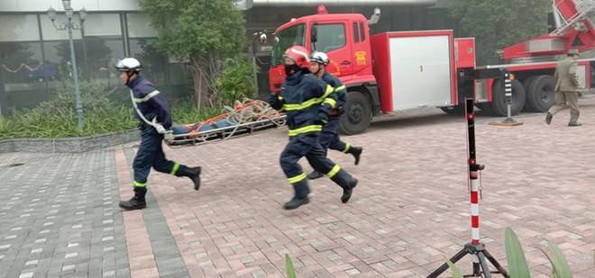 Cứu người mắc kẹt trong đám cháy giả định tại Bệnh viện Đa khoa Phương Đông ảnh 2