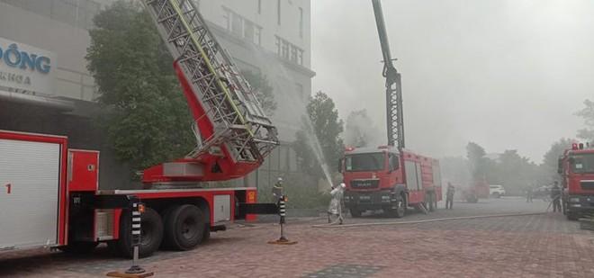 Cứu người mắc kẹt trong đám cháy giả định tại Bệnh viện Đa khoa Phương Đông ảnh 4