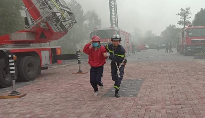 Cứu người mắc kẹt trong đám cháy giả định tại Bệnh viện Đa khoa Phương Đông ảnh 1