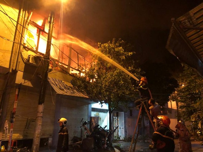 Kịp thời dập tắt cháy lan, cháy lớn trong đêm ảnh 1