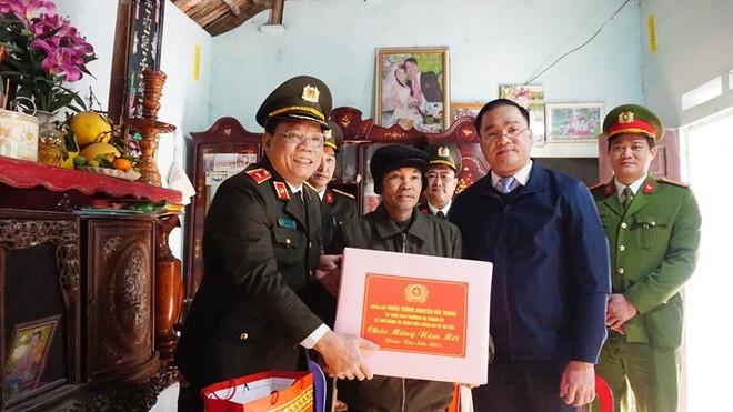 Giám đốc CATP Hà Nội thăm, tặng quà Tết gia đình chính sách, hộ nghèo huyện Mỹ Đức ảnh 1