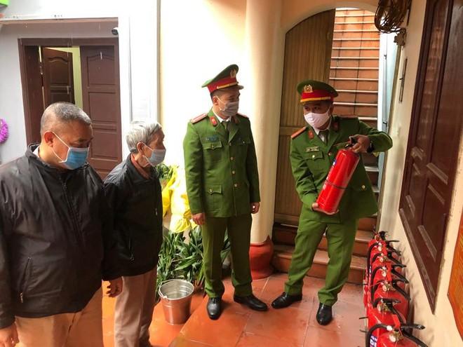 Công an quận Tây Hồ (Hà Nội): Chủ động phòng ngừa cháy, nổ nơi thờ tự, kết hợp tuyên truyền phòng, chống dịch Covid-19 ảnh 1
