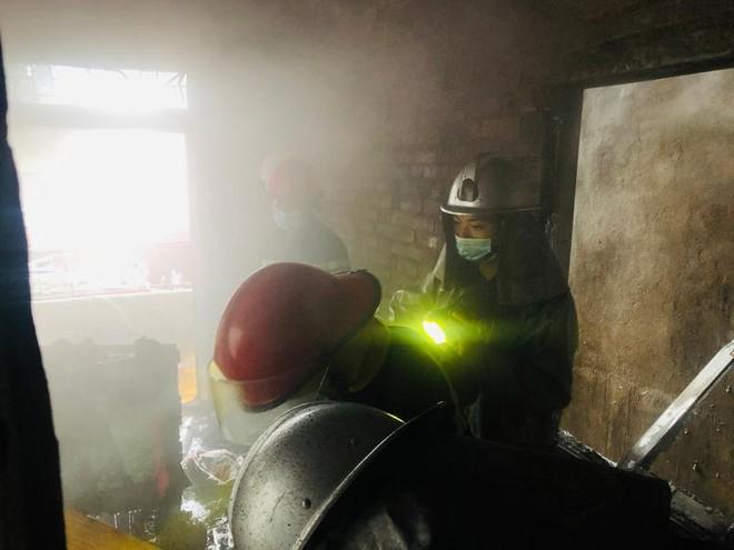 Kịp thời dập tắt đám cháy tại nhà dân ảnh 2