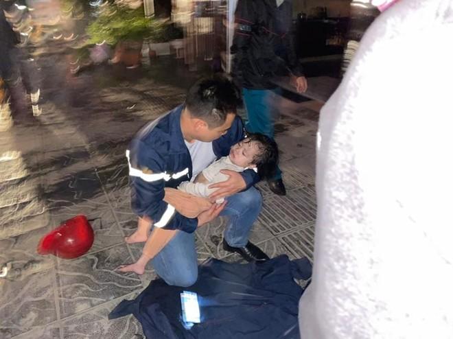 Khoảnh khắc đáng nhớ của lính cứu hỏa tìm kiếm 3 trẻ nhỏ mắc kẹt trong biển lửa ảnh 2