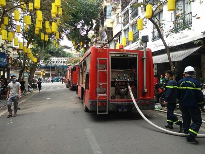 Kịp thời dập tắt đám cháy tại nhà dân trong phố Gầm Cầu ảnh 2