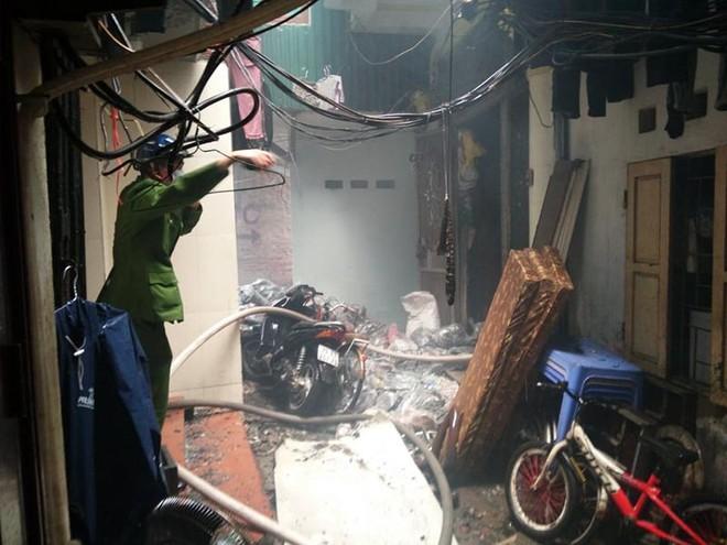 Kịp thời dập tắt đám cháy tại nhà dân trong phố Gầm Cầu ảnh 1