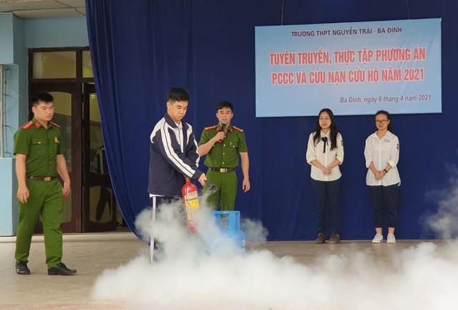 Hàng trăm học sinh trải nghiệm chữa cháy, thoát nạn ảnh 2