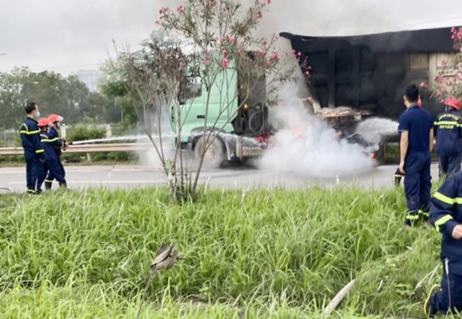 Xe tải bất ngờ bốc cháy trên cao tốc Hà Nội - Bắc Giang ảnh 1