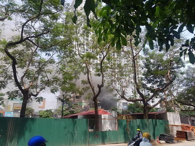 Dập tắt đám cháy xảy ra tại phố Tam Trinh ảnh 1