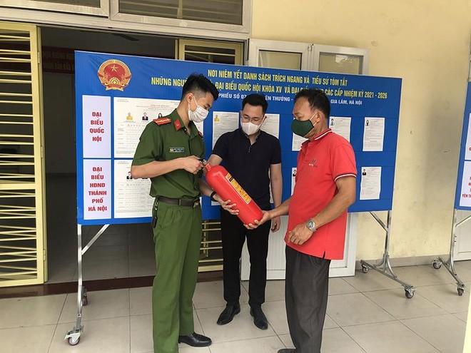 Chủ động kiểm tra phòng cháy, đảm bảo an toàn các điểm bầu cử ảnh 2