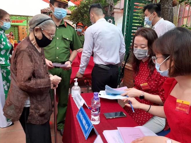 Các cử tri nô nức đi bầu cử tại điểm bỏ phiếu số 3, quận Hoàn Kiếm ảnh 5