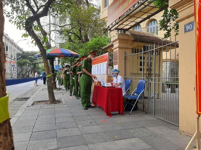 Các cử tri nô nức đi bầu cử tại điểm bỏ phiếu số 3, quận Hoàn Kiếm ảnh 10