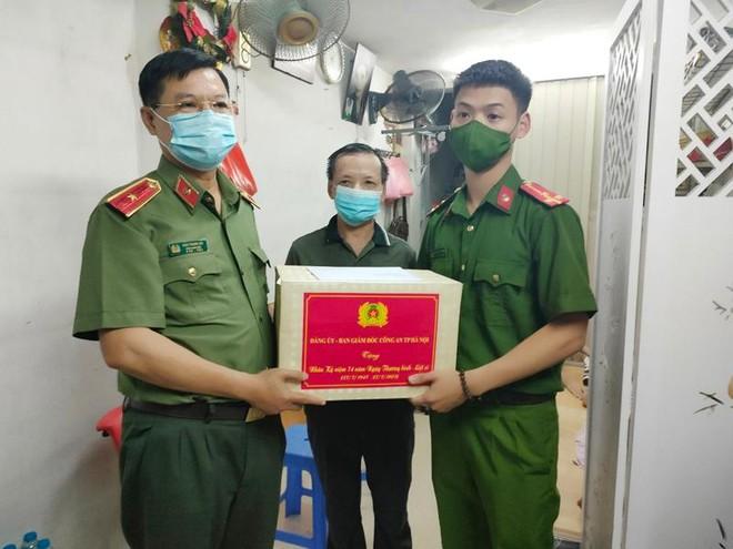 Ban Giám đốc Công an Hà Nội thăm hỏi, tặng quà thân nhân liệt sỹ và cán bộ thương binh ảnh 2