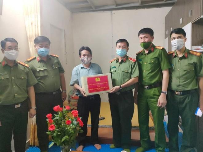 Ban Giám đốc Công an Hà Nội thăm hỏi, tặng quà thân nhân liệt sỹ và cán bộ thương binh ảnh 1