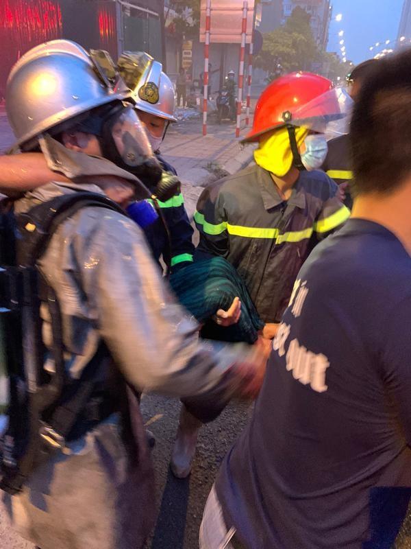 Cứu thoát 3 người mắc kẹt trong vụ cháy lúc rạng sáng ảnh 2