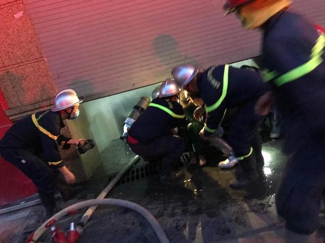 Cứu thoát 3 người mắc kẹt trong vụ cháy lúc rạng sáng ảnh 1