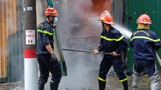 Dập tắt đám cháy kho để dụng cụ máy móc tại quận Hoàng Mai ảnh 2