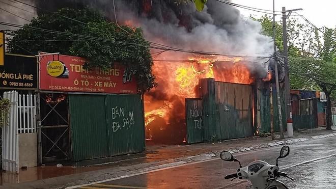 Dập tắt đám cháy kho để dụng cụ máy móc tại quận Hoàng Mai ảnh 1