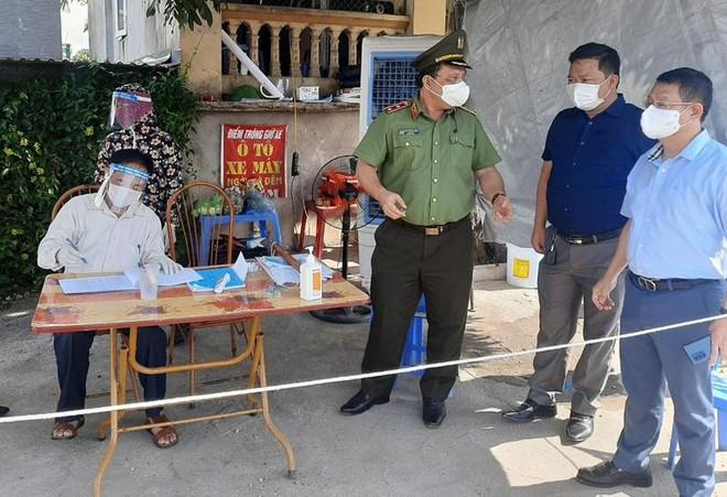 Đoàn Công tác số 15 của Thành ủy kiểm tra chốt ứng trực phòng chống Covid-19 tại huyện Mê Linh ảnh 4