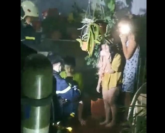 Kịp thời cứu 4 người mắc kẹt, dập tắt đám cháy trong đêm tại quận Hoàng Mai ảnh 1