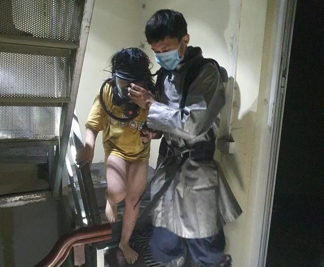 Kịp thời cứu 4 người mắc kẹt, dập tắt đám cháy trong đêm tại quận Hoàng Mai ảnh 2