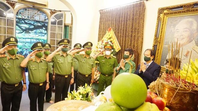 Bộ trưởng Tô Lâm dâng hương tưởng nhớ Đại tướng Võ Nguyên Giáp ảnh 1