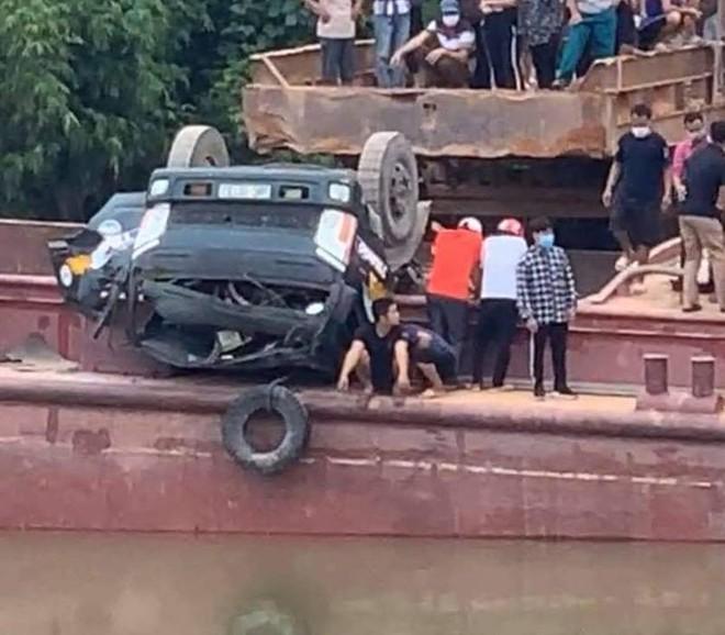 Điều tra vụ lái xe tải chở đất tử vong do bị lật xuống sông ảnh 1