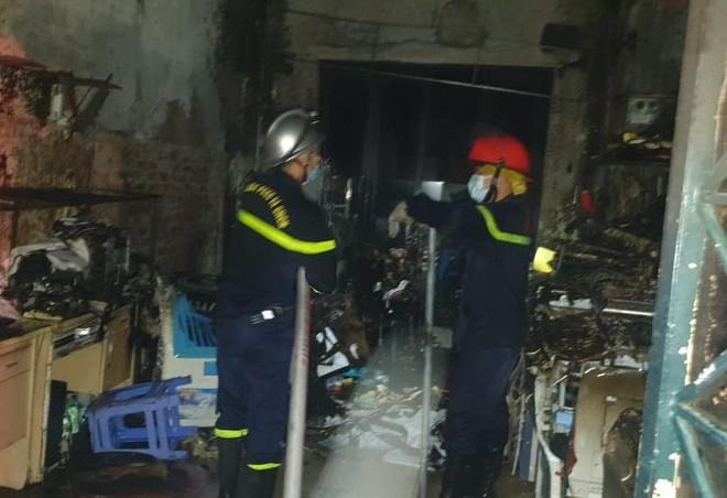 Kịp thời cứu thoát 5 người mắc kẹt trong đám cháy lúc rạng sáng ảnh 1