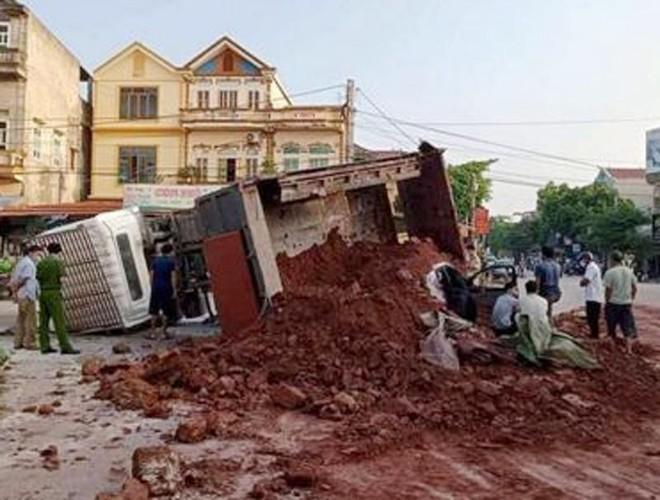 Xe tải chở đất vùi lấp xe con làm lái xe tử vong ảnh 1
