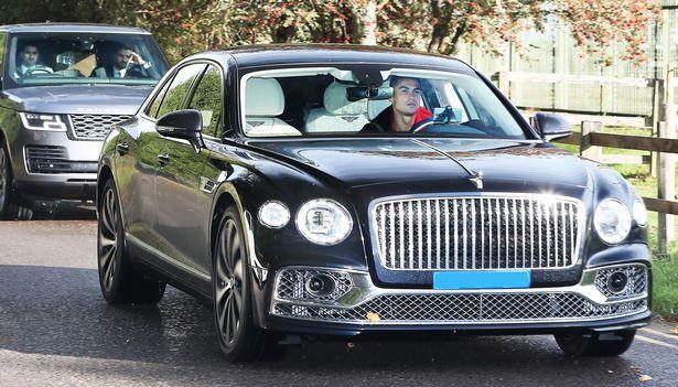 Ronaldo 'cưỡi' siêu xe đến sân tập M.U ảnh 1