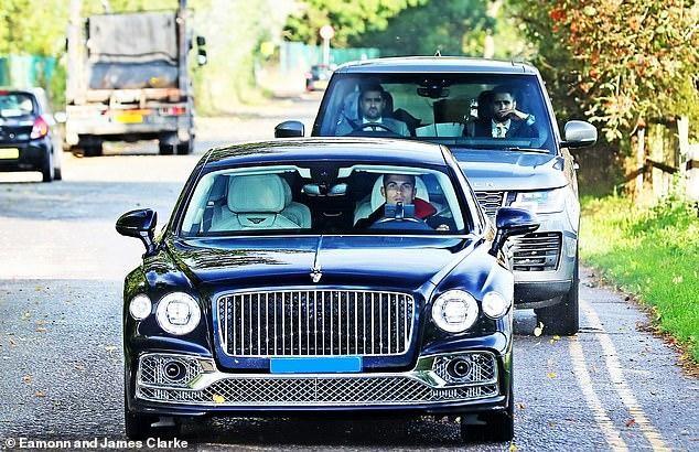 Ronaldo 'cưỡi' siêu xe đến sân tập M.U ảnh 3