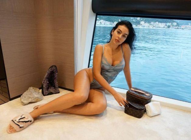 Bạn gái Ronaldo khoe những đường cong tuyệt mỹ trên du thuyền ảnh 3
