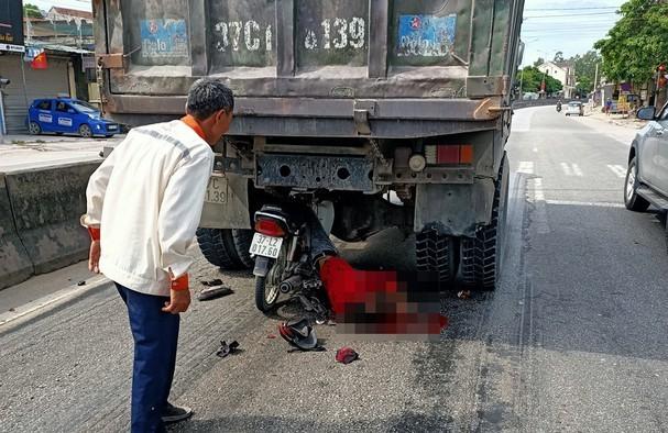 Đâm vào đuôi xe tải, nam thanh niên gặp tai nạn thương tâm ảnh 1