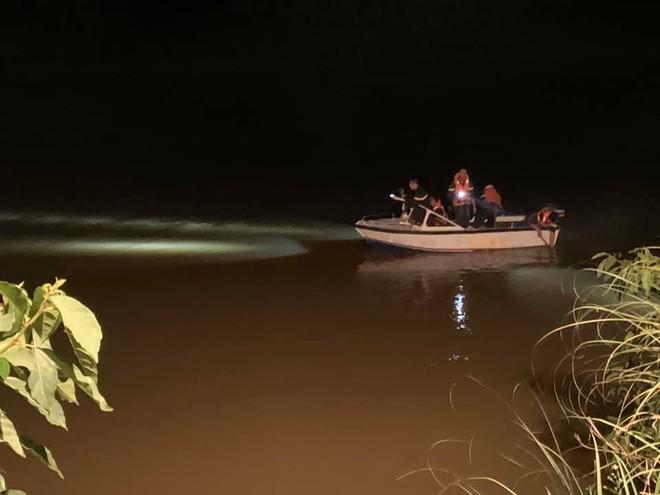 Để lại xe máy và dép trên cầu, cô gái nhảy sông tự tử ảnh 1