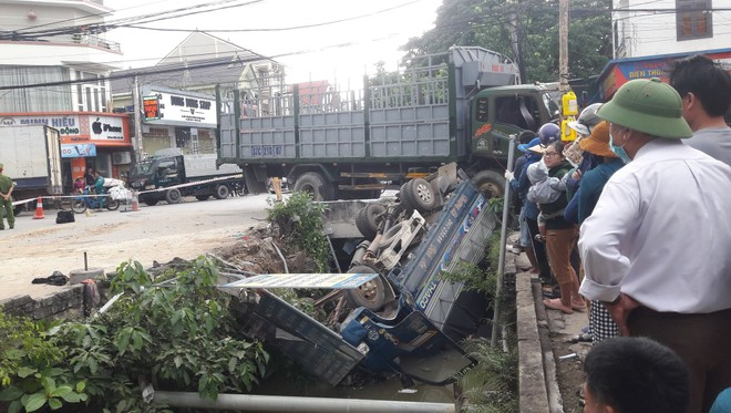 Xe tải bị đâm rơi xuống kênh nước, 1 người tử vong ảnh 1