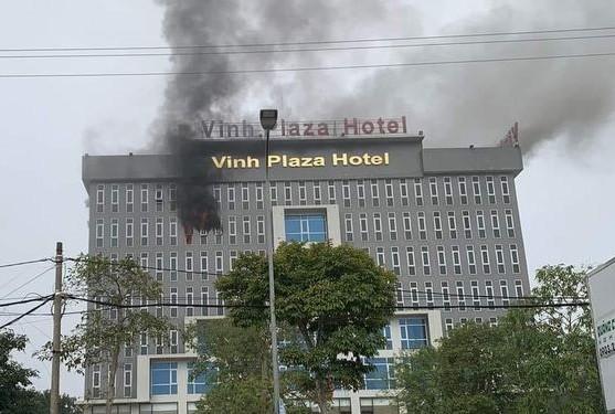 Huy động hàng chục chiến sỹ PCCC dập đám cháy ở khách sạn ảnh 1