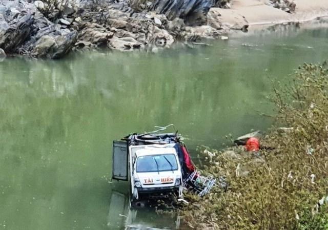 Xe tải lao xuống mép sông, 3 người bị thương ảnh 1