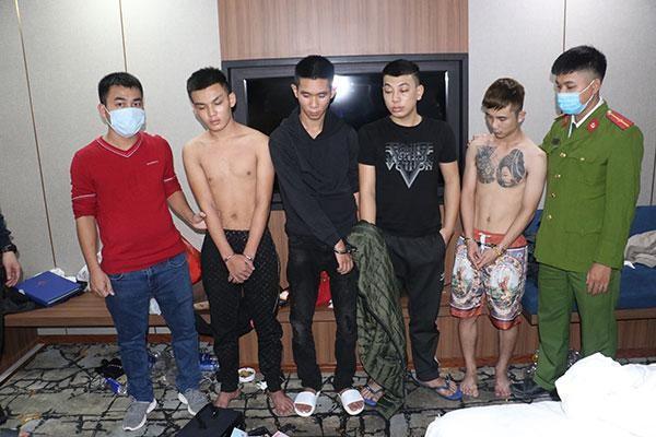 Nhóm nam, nữ tổ chức 'bay lắc' trong khách sạn ảnh 1