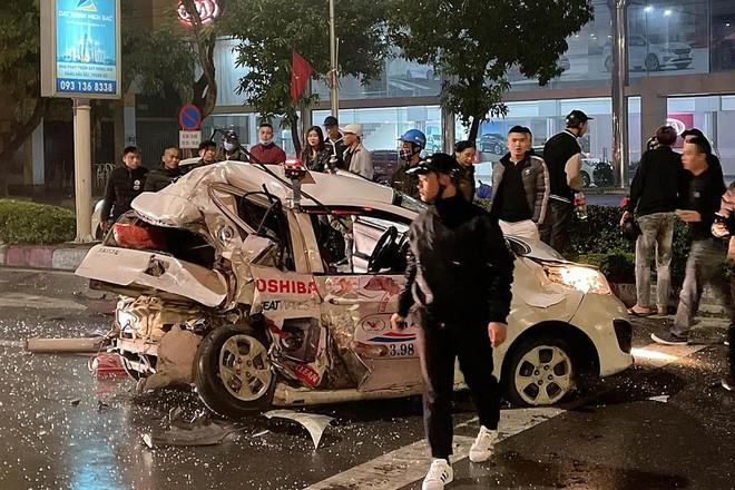 Xe bán tải tông nát taxi, 1 người nguy kịch ảnh 1