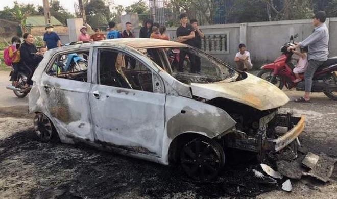 Xe ô tô cháy rụi bên đường ảnh 1