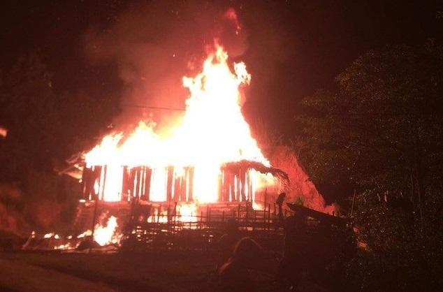 Tạm giữ kẻ phóng hỏa đốt nhà mẹ vì không xin được tiền ảnh 1