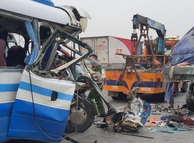 Xe khách đâm đuôi xe tải, hàng chục người thương vong ảnh 2