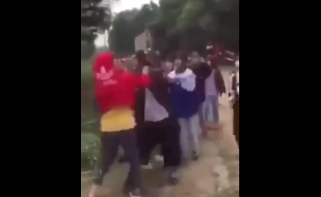 Nữ sinh lớp 8 bị đàn chị đánh 'dằn mặt' ảnh 1