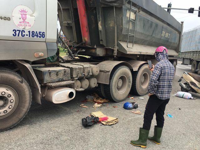 Xe tải cán xe máy, 2 mẹ con tử vong ảnh 1