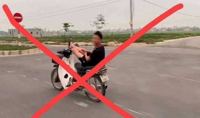 Điều khiển xe máy bằng chân, nam sinh bị công an triệu tập ảnh 1