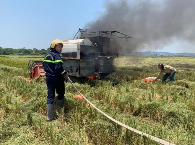 Máy gặt đang hoạt động bỗng dưng bốc cháy ảnh 1