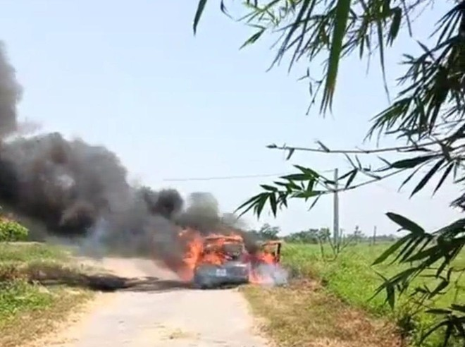 Ô tô bất ngờ bốc cháy khi đang lưu thông ảnh 1