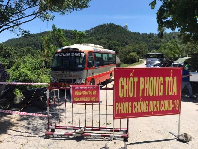 Nghệ An: Trưng dụng xe buýt làm nơi tránh nắng cho lực lượng chốt phòng chống dịch Covid-19 ảnh 1