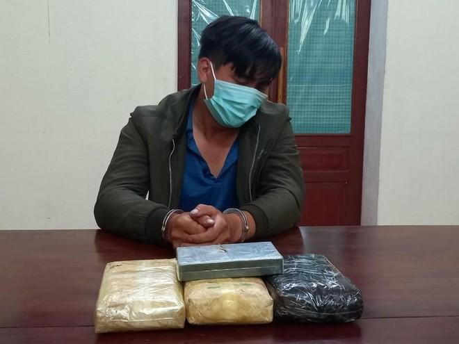 Người đàn ông sa lưới cùng 18.000 viên ma túy và 1 bánh heroin ảnh 1
